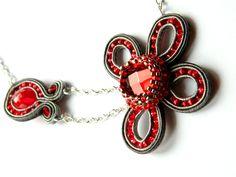Collier fleur en broderie de perles et soutache, rouge et gris : Collier par les-petits-bijoux-de-ceci