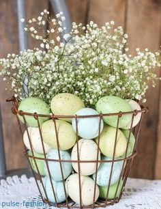 These Easy Easter Flower Arrangements Will Make You Look Like a Pro Best Easter Flowers and Centerpieces – Floral Arrangements for Your Easter Table Easter Flower Arrangements, Easter Flowers, Floral Arrangements, Spring Flowers, Table Arrangements, Easter Colors, White Flowers, Hoppy Easter, Easter Eggs