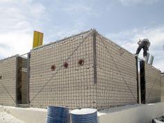 Escuelas modulares de andamios y arena permiten educar a los niños refugiados en Jordania
