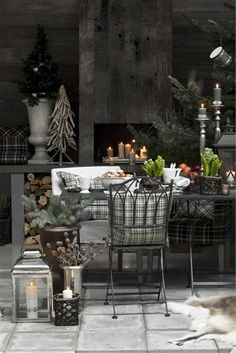 <3 <3 <3 This winter decor absolutely makes me want to be in this room...sigh...Udeliv - Klassisk » Lene Bjerre #christmas #tablescape table_setting