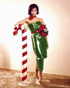 Mary Tyler Moore in her days as a dancer and occasional model - 40 Vintage Hollywood Colorful Christmas Celebrity Photos – if it's hip, it's here Vintage Christmas Photos, Retro Christmas, Vintage Holiday, Christmas Pictures, Christmas Colors, Christmas Holidays, Christmas Classics, Mary Christmas, Christmas Wrapping