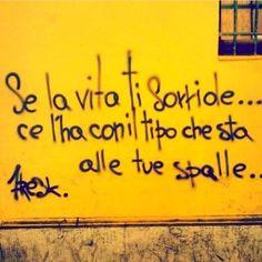 Star Walls - Scritte sui muri. — Voltati