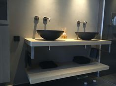 Zwarte waskommen, eiken badkamermeubel, Hotbath inbouwkranen van geborsteld nikkel. Alleen nog de spiegels!