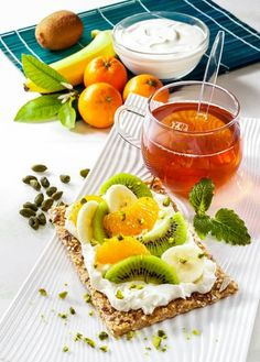 Gesundes Magerquark-Rezept zum Abnehmen: Quark mit Früchten auf Knäckebrot ...
