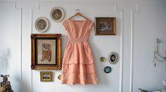 Платье Необыкновенное платье сможет стать главным «героем» декора вашей спальни. Но убедитесь, что не планируете носить его в ближайшее время — всё же вне шкафа одежда запылится. В детской комнате очаровательным украшением стен будут крошечные платьица для малышек — пышные и яркие.