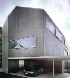 Una casa con tejado a dos aguas. La casa Innauer. Una forma tradicional que esconde un diseño innovador