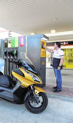Un trabajador del Grupo Lechuga haciendo una prueba del funcionamiento del cajero automático de su primera estación de servicio 'low cost', que entrará en funcionamiento mañana, en Monteagudo (Murcia), sin personal en pista.