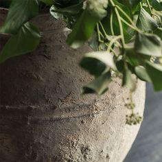 Oude stenen water kruiken | AURA PEEPERKORN INTERIEUR | www.aurapeeperkorn.nl