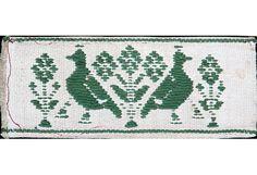 """Tessitura """"a tinturai"""", tecnica di tessitura manuale che caratterizza il comune di Isili. La tecnica """"a tinturai"""" (a disegno) è una tessitura fondo tela con trame supplemetari che formano il disegno.Viene realizzata con fili d'ordito in lino o cotone e trame generalmente in lana sarda, battute a completa copertura degli orditi.I disegni sono ottenuti con trame supplementari  aggiunte a mano localmente in corrispondenza dei motivi decorativi per eseguire il decoro."""