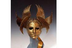 Синди Солсбери, создатель масок, опираясь на многочисленные источники, в том числе на природу, литературу, оперу и миф, делает каждое из натуральных украшений масок - листьев, цветов, ягод - из шерстяных или пергаментных бумаг и глины руками, не превращая их в производственный поток.… Paper Mache Crafts, Masks, Lion Sculpture, Statue, Art, Art Background, Kunst, Performing Arts, Sculptures