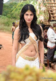 Shruthi-Haasan-Stills-from-Puli-Movie-(1)