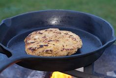 Bannock - Bread of the Cowboys - Dutch Oven, pita, bread , Bannock Bread, Campfire Desserts, Oven Vegetables, Camping Lunches, Cooking Whole Chicken, Creamy Pasta, Outdoor Cooking, Camping Cooking, Vegane Rezepte