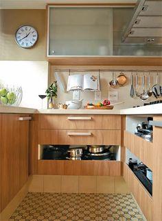 A cozinha é um dos ambientes mais caros para construir ou reformar. Eletrodomésticos, revestimentos, hidráulica… não é fácil!  E como economia é sempre bom, aí vão algumas dicas para vc gastar menos e ter uma cozinha bonita e funcional: