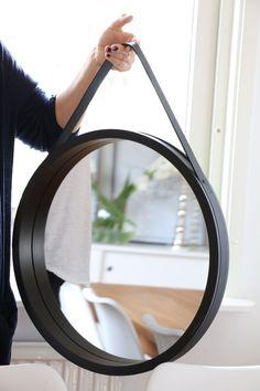 En ny rund spegel Wine Barrel Crafts, Rope Mirror, Industrial Mirrors, Mirror Crafts, Dining Room Sideboard, Globe Chandelier, Bathroom Design Small, Round Mirrors, Diy Frame