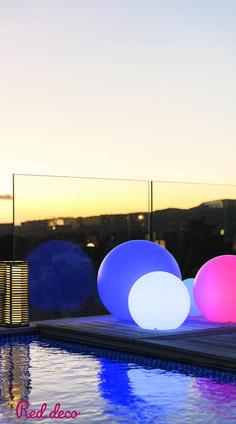BOULE LUMINEUSE LED SANS FIL : Bobby C60 est une boule lumineuse flottante sans fil avec recharge sur socle à induction, télécommande et base LED multicolore. Cette lampe à poser se distingue par son originalité mais également par son autonomie de fonctionnement (jusqu'à 12h). Lampe à poser autonome, elle apportera à vos intérieurs et extérieurs une touche fun et fera toute la différence en matière de déco. #bouleslumineuses #boulesflottantes #boulelumineuse #lumiere #eclairage #bouledeco… Induction, Bobby, Opera House, Led, Celestial, Building, Travel, Outdoor, Cordless Vacuum