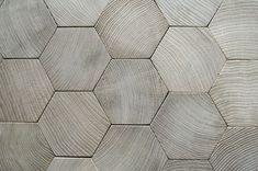 Piezas de madera en tonos grises.