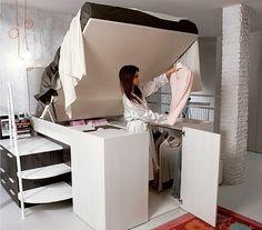 Levantar a cama e ter acesso ao closet é bem simples, graças a um sistema que permite que ela seja movimentada para cima e para baixo sem grandes esforços (Foto: Divulgação)