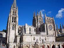 Catedral de Burgos.  Su construcción comenzó en 1221, siguiendo patrones góticos franceses. Tuvo importantísimas modificaciones en los siglos XV y XVI.  Las últimas obras de importancia  pertenecen ya al siglo XVIII, siglo en el que también se modificaron las portadas góticas de la fachada principal. Estilo gótico, aunque posee, en su interior, varios elementos decorativos renacentistas y barrocos. La construcción y las remodelaciones se realizaron con piedra caliza de  Hontoria de la…