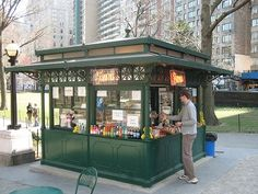 A Victorian-styled cast-iron food kiosk in Central Park, New York City. Kiosk Design, Cafe Design, Store Design, Kiosk Store, Outdoor Food, Outdoor Decor, Container Cafe, Food Kiosk, Italian Cafe