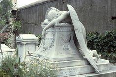 Любовь, не имеющая смерти ... Скульптура скорбящего ангела на кладбище в Риме.