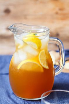 Lemon Iced Tea - With its rich golden color and sweet bright flavor this refreshing tea a perfect addition to your summer table. Iced Black Tea Recipe, Lemon Iced Tea Recipe, Lemonade Tea Recipe, Ice Lemon Tea, Iced Tea Lemonade, Iced Tea Recipes, Yummy Drinks, Healthy Drinks, Refreshing Cocktails