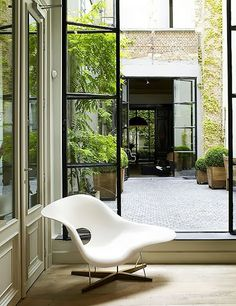 Le classique de La Chaise Eames  http://www.cadesign.ie/furniture/chaises-longues-day-beds-benches/eames-la-chaise/