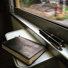 帰りの電車では、必ず手帳を確認します。 今日の事。明日の事。考えた事。 1日を振り返る習慣です。 #能率手帳 #能率手帳ゴールド #ohto #カスタム74