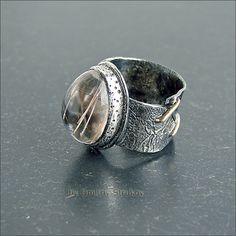 Перстень с широкой шинкой с кварцем.