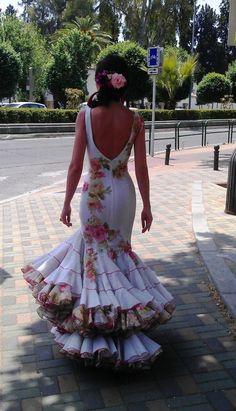 """Hola a tod@s!!! ¡Ya estamos en el ecuador de la semana! ¿Cómo la lleváis? A mí se me está haciendo un poco """"cuesta arriba"""", pero bueno…¡va quedando menos para el viernes! Además, hoy ya sí, os traigo un post """"un … Sigue leyendo → Red Quinceanera Dresses, Gala Dresses, Ball Gown Dresses, Spanish Dress Flamenco, Flamenco Dancers, Mom Dress, Dress Up, Beautiful Dresses, Nice Dresses"""