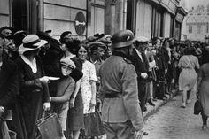 August 1940 - Frankreich während der Besetzung durch die deutschen Truppen . Vor der Ortskommandantur in Cognac stehen Flüchtlinge aus dem Elsaß an.
