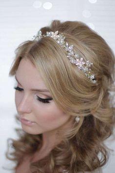 Idee acconciature da sposa con la tiara - Acconciatura per capelli lunghi