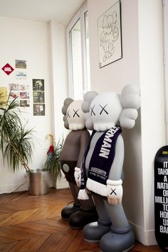 Giant Vinyl Toys | Artist: KAWS DISNEY, MAINSTREAM, HENESSY, LOW TO HIGH GREAT MARKETING. HUGE FOLLOWING