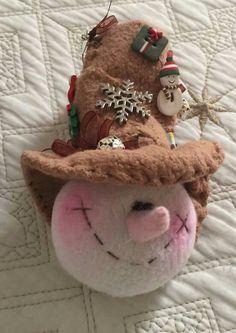 Muñeco de Nieve Sewn Christmas Ornaments, Christmas Love, Christmas Snowman, All Things Christmas, Christmas Decorations, Snowmen Pictures, Snowman Crafts, Primitive Crafts, Felt Diy