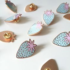Pastell Erdbeere Emaille Pin / hellblau Emaille von PardonMyTone