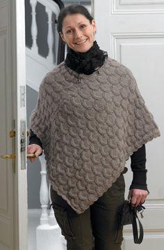 Skøn poncho - skal på to do listen Crochet Coat, Knitted Poncho, Knitted Shawls, Hooded Scarf Pattern, Poncho Knitting Patterns, Mittens, Gingham, Free Pattern, Stylish