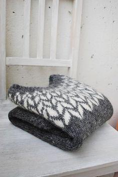 Knitting Patterns Ravelry arrows icelandic sweater // by maria carlander // via ravelry Crochet Patron, Knit Crochet, Sweater Knitting Patterns, Knit Patterns, Fair Isle Knitting, Hand Knitting, Norwegian Knitting, Icelandic Sweaters, How To Purl Knit
