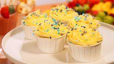 Cupcakes med kremostglasur Beef Wellington, Pavlova, Diy Food, Muffins, Bakery, Cupcakes, Sweets, Desserts, Tailgate Desserts