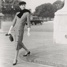 desde 1947 siguo los principios que guiaron la línea barril, introdujo el traje semientallado, caracterizado por su volumen en la espalda que contrasta con el talle ajustado en el frente.