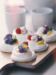 Essential Guide To Fine Dining: 8 Restaurants To Not Miss In Milan – Fest Time Pavlova Cake, Mini Pavlova, Baking Recipes, Cake Recipes, Snack Recipes, Lemon Curd Pavlova, Norwegian Food, Plum Cake, Wedding Desserts