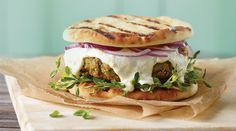 Falafel Burger with Feta Sauce Entree Recipes, Top Recipes, Burger Recipes, Vegetarian Recipes, Snack Recipes, Hamburger Vegetarien, Falafel Burgers, Meatless Burgers, Hamburger Toppings