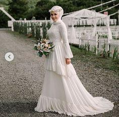 Güzel gelin wedding dresses with veil Muslim Wedding Gown, Muslimah Wedding Dress, Wedding Dress With Veil, Pakistani Wedding Dresses, Modest Wedding Dresses, Bridal Dresses, Wedding Gowns, Kebaya Wedding, Wedding Cakes