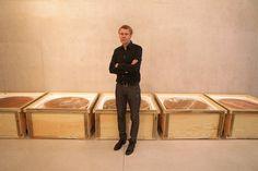 Mirosław Bałka a i jego rzeźba - jeszcze w skrzyniach
