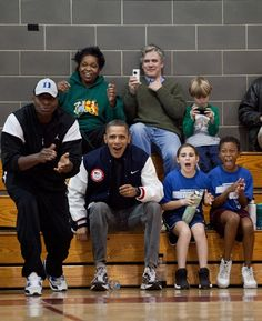 Barack Obama watching his girls play basketball. Directly from the pin board of Michelle Obama. Black Presidents, Greatest Presidents, American Presidents, American History, Michelle Obama, Obama With Kids, Spiderman, Presidente Obama, Barack Obama Family