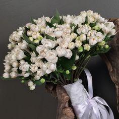 Νυφικό μπουκέτο (Ανθοδέσμη) γάμου από λευκές μπουβάρδιες.Το δέσιμο είναι από…