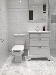 Badrumsinspiration: Hemma hos Andreas i Helsingborg - - Boho Bathroom, Simple Bathroom, Bathroom Sets, White Bathroom, Bathroom Wall, Dyi Bathroom Remodel, Bath Remodel, Bathroom Renovations, Bathroom Flooring