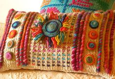 Love the textures achieved from couching with chunky yarn . Crochet Cushion Cover, Crochet Cushions, Diy Pillows, Decorative Pillows, Throw Pillows, Crochet Home, Knit Crochet, Knitting Patterns, Crochet Patterns