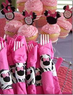 Minnie Mouse cupcake decorations. Easier than frosting and oreos | followpics.co