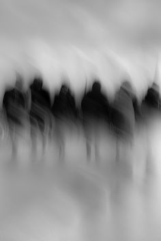 flou zwart wit rij figuren