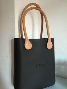 O chic in black - O bag Everything Designer, Professional Outfits, Minimal Chic, Hobo Bag, Purses And Bags, Clock, Wallet, Clothing, Gifts