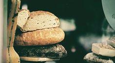 Ein alter Professor ist verstorben und seine drei Söhne machten sich daran, seinen Haushalt aufzulösen. Dabei fanden sie in seinem Arbeitszimmer neben zahlreichen wertvollen Sachen einen harten, vertrockneten Laib Brot. Die Haushälterin, die den Professor bis zu seinem Tod betreut hatte, wusste, was es mit diesem Brot auf sich hatte und erzählte es den drei Männern: In den ersten Jahren nach dem Krieg war der Professor todkrank. Deshalb schickte ihm ein guter Freund einen Laib Brot, damit…